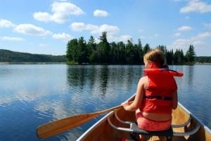 Kanot i stilla insjö