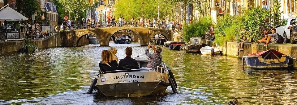 Med båt på kanalen i Amsterdam