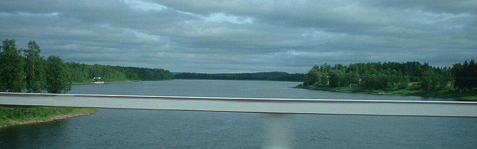 Bild tagen från bron i Kolari. Finland till vänster och Sverige till höger